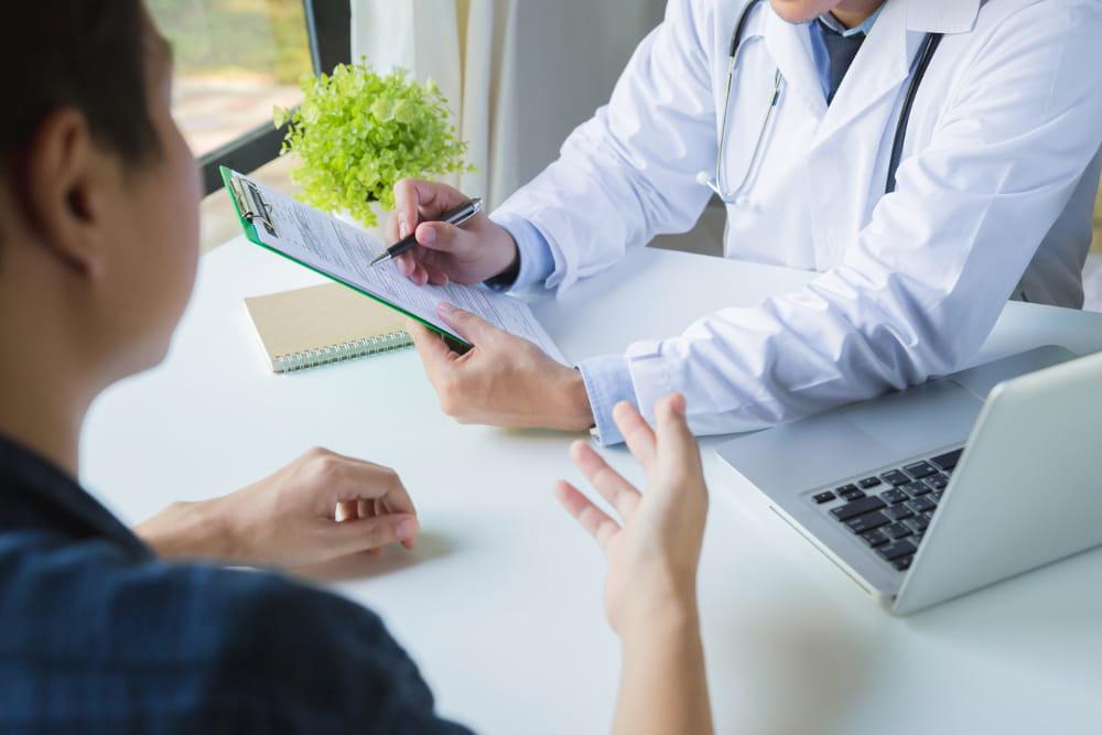 A importância de realizar os exames médicos ocupacionais: operário na fábrica.