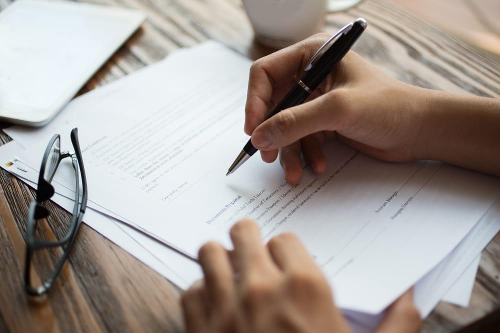 Acordo de Nível de Serviço - SLA: cliente assinando proposta.