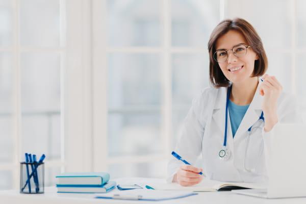 Atestado médico: quais são os requisitos de aceitação: médica aguardando seu paciente.
