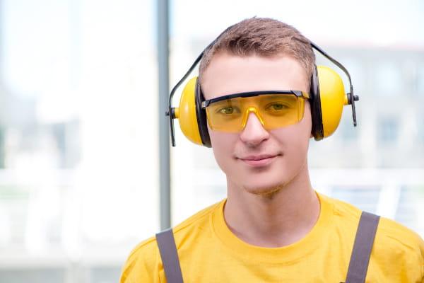 Audiometria ocupacional: trabalhador utilizando protetor de ouvidos.