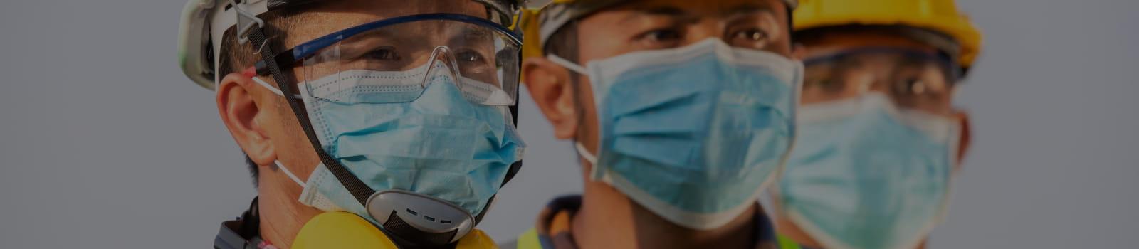 Como proteger colaboradores da pandemia do novo Coronavírus: médico oferecendo máscara e álcool em gel.