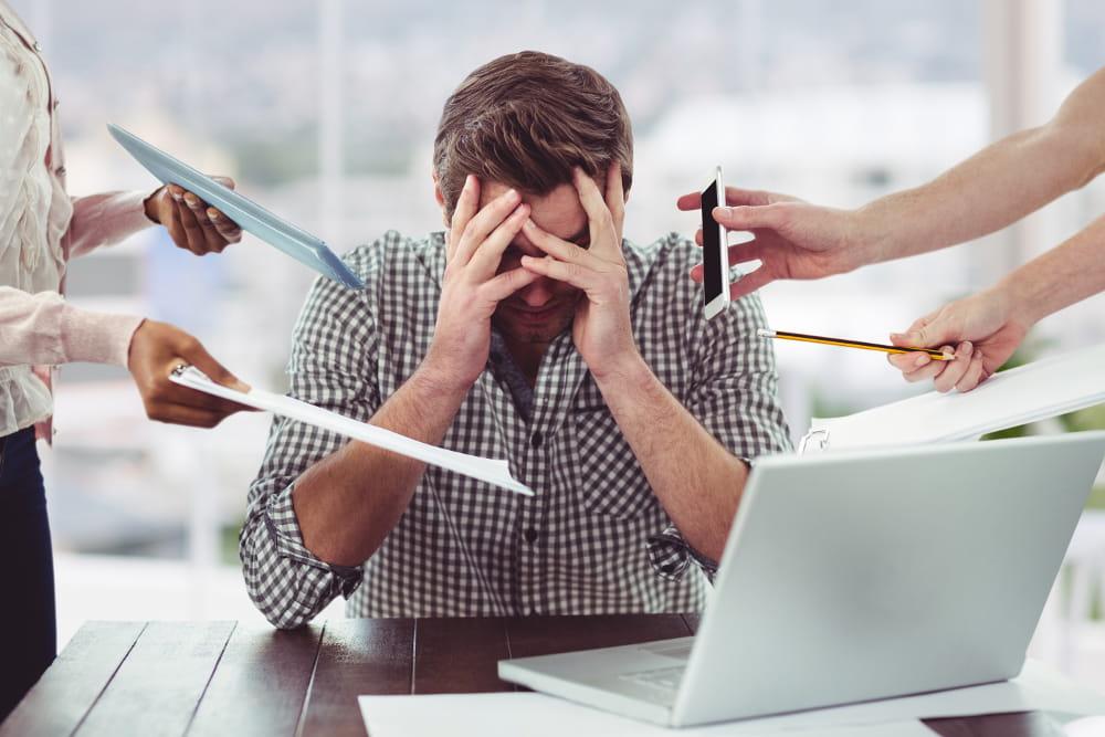 Como reduzir o absenteísmo na empresa: várias pessoas querendo falar com um funcionário.