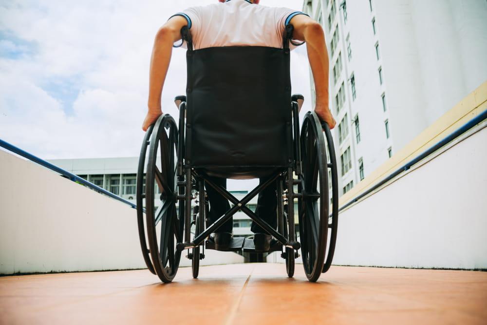 Contratação de pessoas com deficiência: colegas de trabalho se despendindo após o término da jornada.