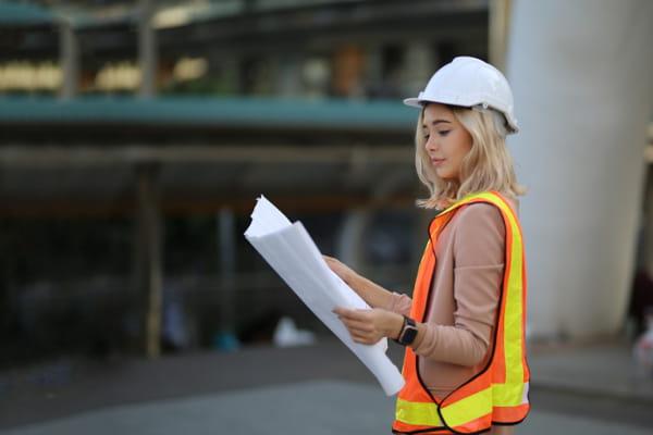 Cultura de segurança: como implementar: trabalhador utilizando protetor de ouvidos.