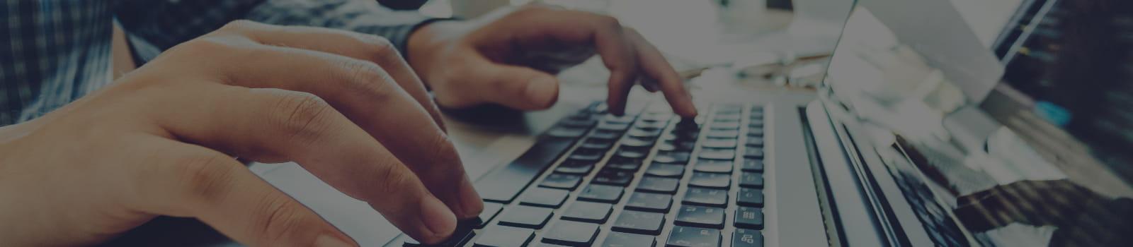 Dúvidas sobre software de Medicina e Segurança do Trabalho: funcionário utilizando o sistema no notebook.