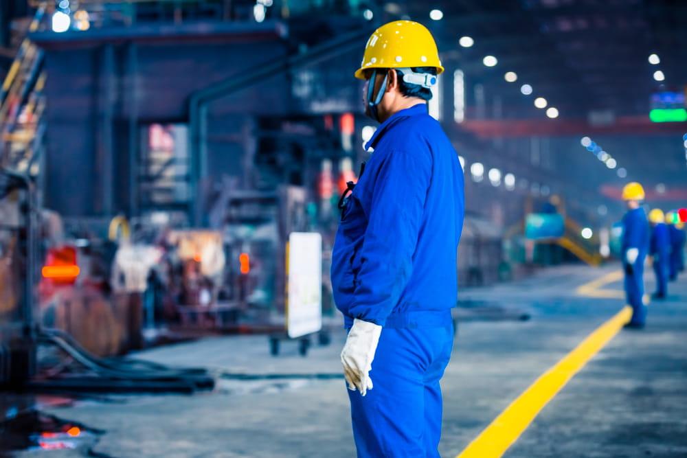 EPI: quais as obrigações da empresa e do trabalhador: operário na fábrica.