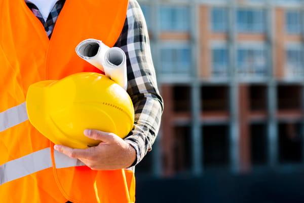 6 motivos para fazer gestão SST na sua empresa: homem segurando capacete de proteção.