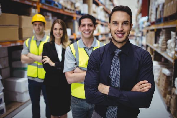 Legislação da Segurança do Trabalho: profissionais no estoque da fábrica.