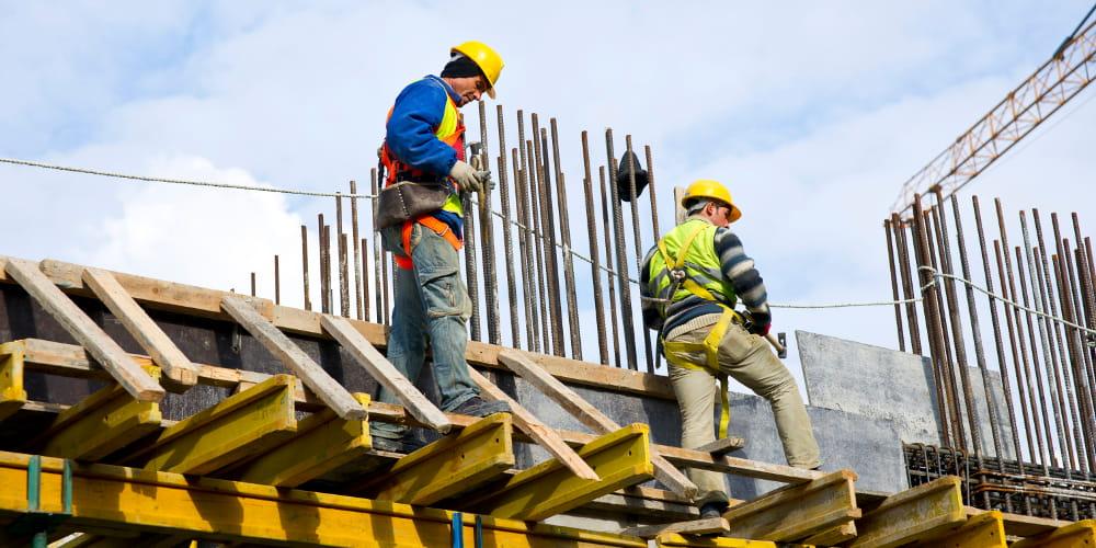 Mudanças nas NRs: profissionais trabalhando em obra.