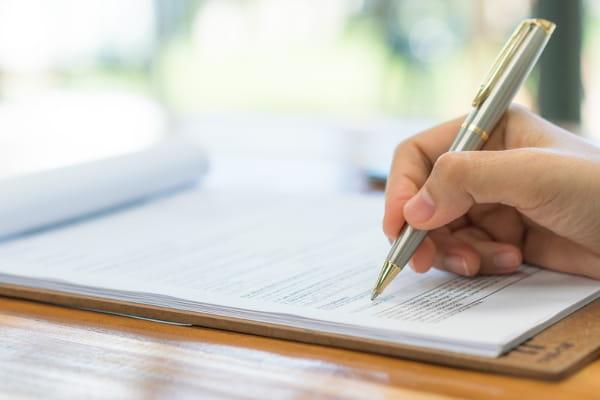 Mudanças nas NRs: fique de olho: pessoa fazendo anotações.