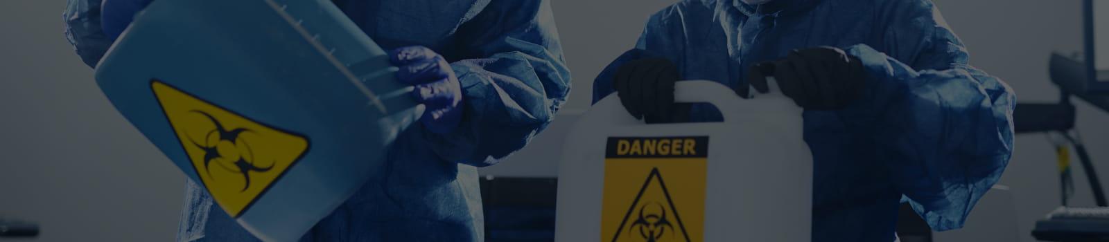 Saiba o que são riscos ambientais: médico oferecendo máscara e álcool em gel.