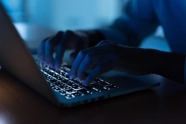 Para que serve a LGPD: dedo em uma tela ressaltando a digital.