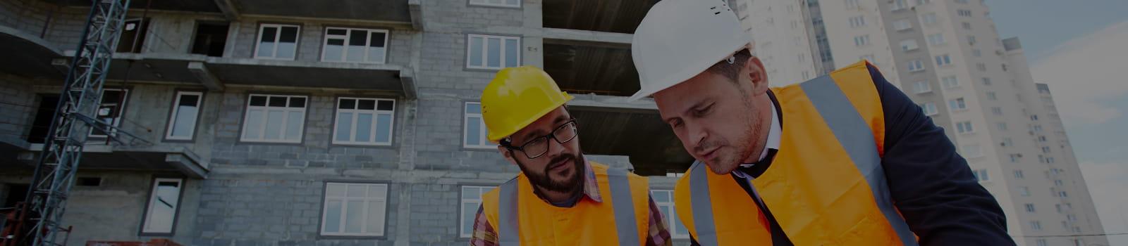 Programa de Condições e Meio Ambiente de Trabalho - PCMAT: médico oferecendo máscara e álcool em gel.