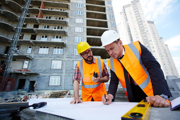 Programa de Condições e Meio Ambiente de Trabalho - PCMAT: engenheiros analisando uma obra.