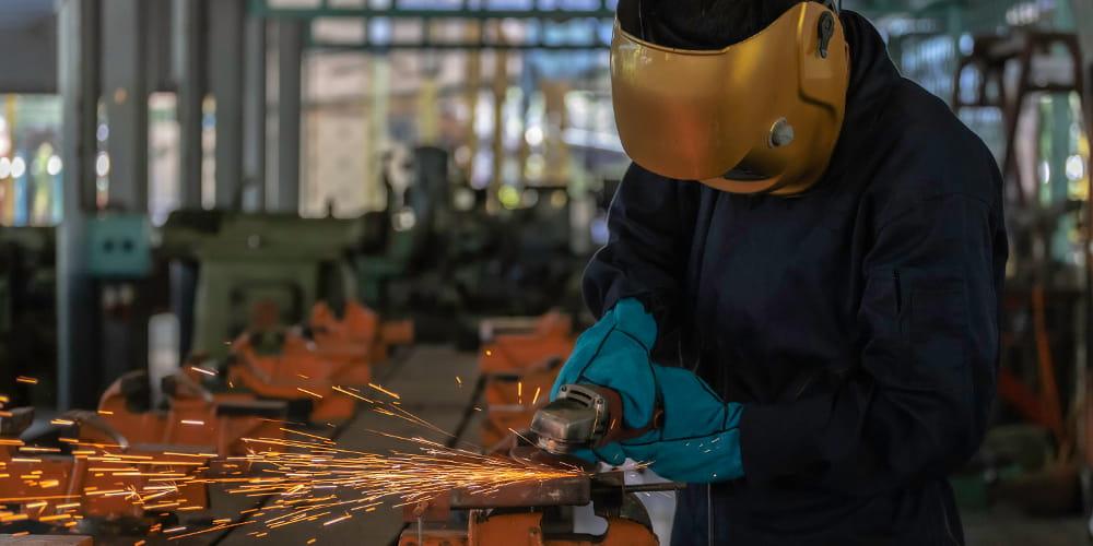 Reforma trabalhista e os principais pontos para a SESMT: operário trabalhando.