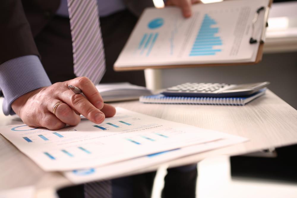 Saúde financeira de uma empresa: profissionais trabalhando sem stress.