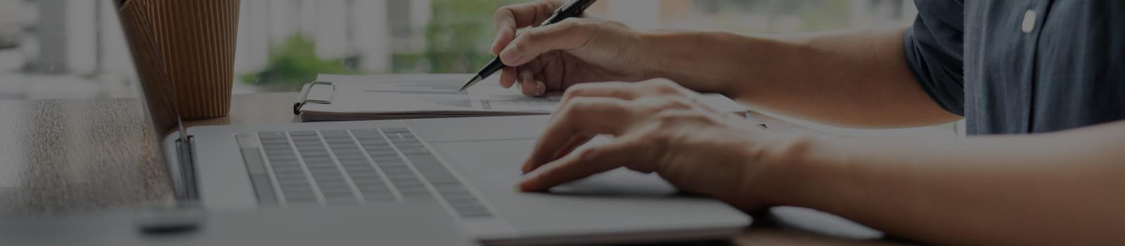 Simplificação do novo eSocial: profissional integrando software ao eSocial.