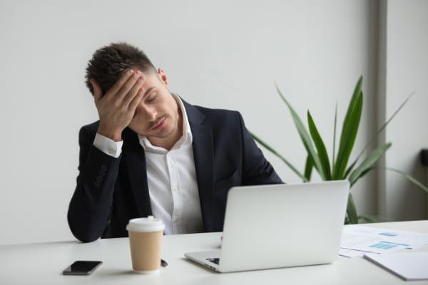 Síndrome de Burnout: operários verificando o estoque.