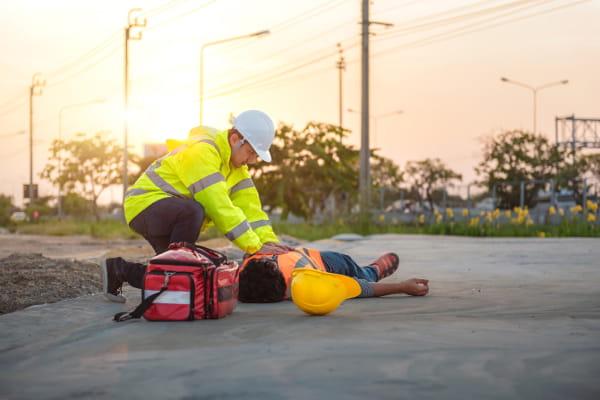Treinamentos de segurança do trabalho: engenheiros fazendo capacitação de funcionários.